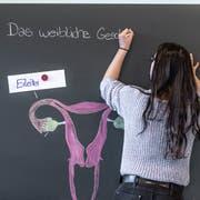 In der Ausgestaltung des Sexualkundeunterrichts geniessen Lehrerinnen und Lehrer viele Freiheiten. (KEYSTONE/Gaetan Bally)
