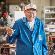 Richard Neururer in seinem Flohmarkt mit einer Rose in der Hand. (Bild: Andrea Stalder)