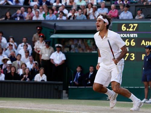 Wimbledon 2009: Federer s. Roddick 5:7, 7:6 (8:6), 7:6 (7:5), 3:6, 16:14Roger Federer erlebt den Sommer seines Lebens. Im April heiratet er seine Freundin Mirka Vavrinec, im Juni gewinnt er die French Open und komplettiert damit seinen Karriere-Grand-Slam. Im Juli überholt er in Wimbledon mit seinem 15. Major-Titel den bisherigen Rekordhalter Pete Sampras. Zwei Wochen später wird Federer Vater der Zwillingsmädchen Charlene und Myla. Er gewinnt auch den dritten Wimbledon-Final gegen Andy Roddick. Mit 4:17 Stunden ist es der längste zwischen den beiden. Nur einmal nimmt Feder Roddick den Aufschlag ab – zum 16:14 im fünften Satz.