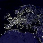 Europa bei Nacht: Dieses Satellitenbild zeigt die Orte, an denen die Lichtemissionen am stärksten sind. (Bild: Keystone)