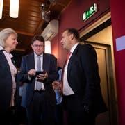 Mediensprecherin Silvia Bär, Parteipräsident Albert Rösti und Nationalrat Thomas Matter (von links) verfolgen die Resultate. Bild: Gian Ehrenzeller / Keystone (Bern, 25. November 2018))