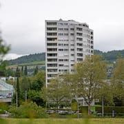 Das Aalto-Hochhaus beim Einkaufszentrum Schönbühl, in dem sich das Restaurant Centro befindet, wird nach 50 Jahren saniert. Bild: Corinne Glanzmann (Luzern, 19. Mai 2017)