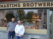 Geschäftsführer Roberto del Greco und Backmeister Martin Winkel (rechts) vor dem Geschäft am Paulusplatz. (Bild: Lucien Rahm, Luzern, 21. Mai 2019)