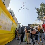 Nicht nur der Uristier fliegt und überrascht. Überflug der Fliegerstaffel PC-7, der Kunstflugstaffel der Schweizer Armee. (Bild: Marc Püntener, Altdorf, 8. September 2018)