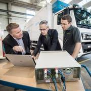 Der Geschäftsführer der Ceekon AG, Hanspeter Krapf, zeigt auf dem Bildschirm Analysen eines umgerüsteten Lastwagen seinen beiden Mitarbeitern Rico Bruggmann und Oliver Bucher. (Bild: Reto Martin)
