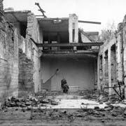Carl Lutz in seinem zerstörten Badezimmer im Gebäude der britischen Gesandtschaft in Budapest um circa 1947. (Bild: Archiv für Zeitgeschichte ETH Zürich, Agnes Hirschi: NL Carl Lutz / 272)