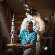 Weltraumspezialist Men J. Schmidt hat eine zusätzliche Garage gemietet für seine Sammelstücke. (Bild: Benjamin Manser)