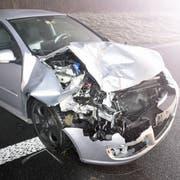 Obwohl das Auto stark beschädigt ist, wurde beim Unfall niemand verletzt. (Bild: Luzerner Polizei)