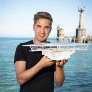Futuristisch: Noel Rabuffetti mit dem Modell seiner Konzertinsel. Bild: Ralph Ribi