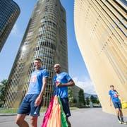 Die Luzern-Spieler Lucas Alves (links) und Blessing Eleke (Mitte) steigen heute Mittwoch wieder in den Trainingsbetrieb ein. Wahrscheinlich aber etwas wärmer gekleidet als auf dieser Aufnahme von Mitte August 2018. (Bild: Urs Flüeler/Keystone)