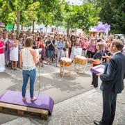 Regierungspräsident Jakob Stark (rechts) vor den gut 250 Frauen in Frauenfeld. (Bild: Andrea Stalder)
