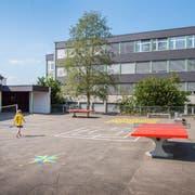 Der Trakt C des Schulhauses Ebnet in Andwil (rechts) wird im Herbst komplett renoviert. (Bild: Urs Bucher)