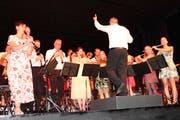 Mit Showeinlagen, bunten Kleidern und stimmiger Musik präsentierte sich der Musikverein unter der Leitung von Bruno Uhr dem Publikum. (Bild: Manuela Olgiati)