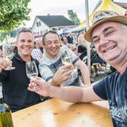 Besucher stossen mit einem Gas Ermatinger Weisswein an. (Bild: Andrea Stalder)