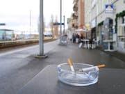 Ein Bild, das bald der Vergangenheit angehört: An der Rorschacher Hafenmeile ist das Rauchen ab 1. Juni 2019 verboten. (Bild: Sandro Büchler)
