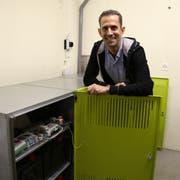 Andreas Dörig zeigt seine Stromspeicher aus Blei-Akkus, die zusammen eine Speicherkapazität von 24 Kilowatt aufweisen. (Bild: Sheila Eggmann)