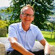Werner Reifler sitzt im Garten seines Hauses am Fusse des Buechbergs in Thal. Er stellt sich der Ersatzwahl, «um die Gemeinde mit offener und gradliniger Politik in die Zukunft zu führen». (Bild: Rudolf Hirtl)