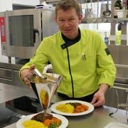 Michael Aeschbacher arbeitet im Seniorenzentrum Andermatt und kocht für Heiligabend ein exquisites Menü. (Bild: Carmen Epp)