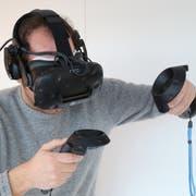 Mit der Brille taucht der Autor selbst in die virtuelle Welt ein und kommt dabei in Schwitzen. (Bild: Jörg Bachmann)