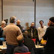 Wenn Gunter Tschofen (Mitte) spricht, hören die Teilnehmer zu. (Bild: Marco Cappellari)