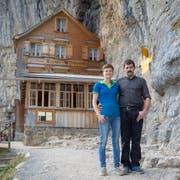 Nicole und Bernhard Knechtle vor «ihrem» Restaurant Aescher. (Bild: Raphael Rohner)