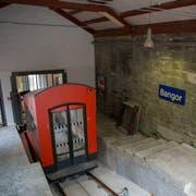 Die neue Kabine der Mühleggbahn in der Talstation. Das Ortsschild Bangor gehört zu einer Kunstaktion, die daran erinnern soll, dass der Stadtheilige Gallus aus dem irischen Bangor stammen soll. (Bilder: Raphael Rohner - 13. November 2018)