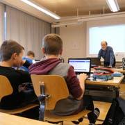 ICT-Supporter Felix Aschwanden (links) und Gesamtschulleiter Andi Meyer zu Besuch bei einer Schulklasse der Oberstufe in Altdorf. (Bild: Markus Zwyssig, 15. November 2018)