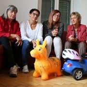 Edina Olah, Felicitas Högger, Sandra Stadler und Astrid Strohmeier beim Resüme in der Wohnung der Asylanten-Familie. (Bild: Hana Mauder Wick)