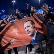 Anhänger von Erdogans AKP feiern die Resultate der Kommunalwahlen. (Bild: Sedat Suna/EPA, Istanbul, 31. März 2019)
