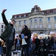 Die beiden Organisatoren Tim Kilchsberger und Ronahi Yener organisierten den Zuger Klimastreik auf dem Postplatz. (Bild: Zoe Gwerder (18. Januar 2019))