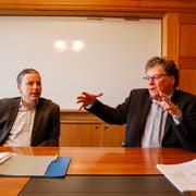 Dominik Gemperli (links) und Andreas Gehrig präsentieren die Zahlen: Goldachs Verschuldung wollen sie entgegenwirken.Bild: Jolanda Riedener