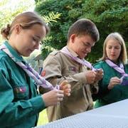 Tschinuk alias Jan Kreis lässt sich von Sibille Regli (Chiara) und Sina Rütsche (Scoia) den Schachbrett-Knoten zeigen. (Bild: Hana Mauder Wick)