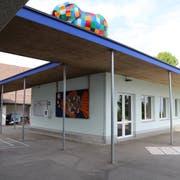 Das Schulhaus wurde Anfang des 20. Jahrhunderts erbaut und seither mehrmals umgebaut und teilsaniert. Wegen rasch gestiegener Schülerzahlen erstellte die Gemeinde 2004 einen Schulpavillon (rechts). (Bild: jor)