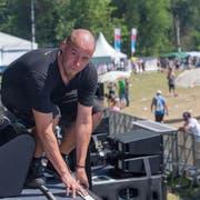 Die Boxen, Lampen, Schlagzeuge und Ausstattungen der Bands werden von der Stage Crew aus den Lastwagen geladen und dann hinter der Bühne zusammengebaut. (Bild: Raphael Rohner)
