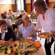 Elisabeth Waldvogel (links) und Maria von Rotz freuen sich auf das Mittagessen . (Bild: David von Moos, Kerns, 10. Oktober 2019)