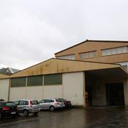 Während der Sanierung des Rathauses könnte die Gemeindeverwaltung im Hauptgebäude der Fabrik unterkommen. (Bild: Sina Walser)