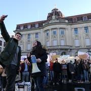 Die beiden Organisatoren Tim Kilchsberger und Ronahi Yener organisierten den Zuger Klimastreik auf dem Postplatz. (Bild: Zoe Gwerder, 18. Januar 2019)