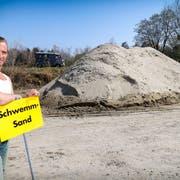 Festivalinitiant Urs Koller vor den über 300 Tonnen Sand, die auf dem Gelände der Gerschwiler AG auf das Skulpturenfestival im August warten. (Bild: Rudolf Hirtl)