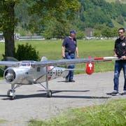 Modellbauer Markus Frey nach der Landung mit seinem «Pelican» auf dem Flugplatz Buochs. (Bild: PD/Kuno Gross, Buochs, 30. Mai 2019)