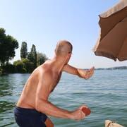 in Teilnehmer konzentriert sich auf der Plattform im See auf den Wurf. (Bild: Hana Mauder Wick)