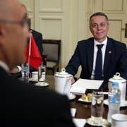 Für einmal im Ausland unterwegs: Aussenminister Ignazio Cassis trifft in Athen seinen Amtskollegen Nikos Dendias. (Bild: AP Photo/Thanassis Stavrakis)