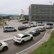 Umfahrung Rickenbach: Das 400 Meter lange Teilstück zwischen den Möbelhäusern Lipo (im Bild) und Diga ist gesperrt. Die Umleitung erfolgt durch das Dorf Rickenbach. Die Folge: Stau. (Bilder: Hans Suter)