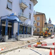 In der Signalstrasse werden derzeit Kabel neu verlegt. Von der Baustelle betroffen ist auch das Geschäft Thür. (Bild: Ines Biedenkapp)