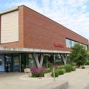 Die Raiffeisenbank in Schwarzenbach wurde am Dienstagnachmittag von einem unbekannten Täter überfallen. Er erbeutete allerdings nur einige tausend Franken. (Bild: Hans Suter)