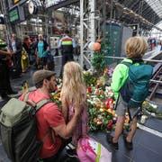 Blumen, Kerzen und Teddybären erinnern an den verstorbenen Jungen. (Bild: EPA/CARSTEN RIEDEL)