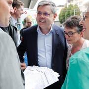 Nationalrat Franz Grüter (Mitte) und SVP-Kantonalpräsidentin Angela Lüthold, rechts, bei er Übergabe der Wahllisten. (Bild: PD)