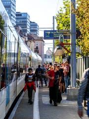 Am Bahnhof Stadt zeigt es derzeit häufiger Verspätung an. (Bild: Ines Biedenkapp)