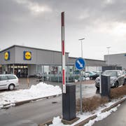 Bei einigen Läden oft zu sehen: Die Schranken zu den Parkplätzen bleiben den ganzen Tag geöffnet, wie hier bei Lidl an der Lerchenfeldstrasse. Das ist nicht erlaubt. (Bild: Ralph Ribi/17. Dezember 2018)