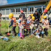 Die Kindergärtler feiern den Spatenstich auf der Wiese hinter dem Primarschulhaus Wehrli. (Bild: Reto Martin)