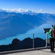 Geniessen die Vorzüge der Schweiz: Touristen auf dem Brienzer Rothorn. (Bild: Anthony Anex/Keystone)